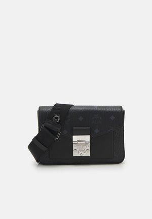 MILLIE CROSSBODY IN VISETOS - Across body bag - black