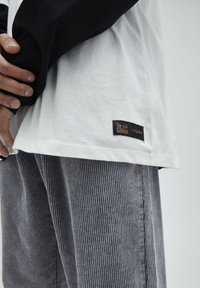 PULL&BEAR - T-shirt z nadrukiem - white - 5