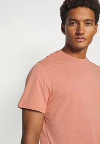 The North Face - SIMPLE DOME TEE NEW TAUP - Print T-shirt - pink clay - 3