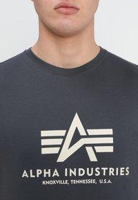 Alpha Industries - BASIC - Print T-shirt - anthrazit - 4