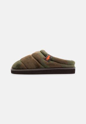 SUTTON SCUFF - Slippers - olive/orange