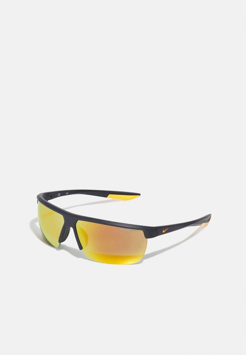 Nike Sportswear - TEMPEST UNISEX - Sluneční brýle - matte gridiron/orange mirro