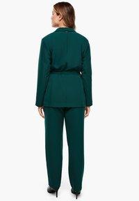 Triangle - MIT BINDEGÜRTEL - Short coat - emerald - 2