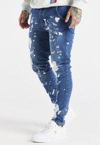 SIKSILK - SPACE JAM SLAM DUNK APPLIQUE - Jeans Skinny Fit - midstone - 0