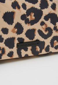 Loeffler Randall - TOTE - Kabelka - leopard - 6