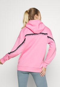 Under Armour - FLEECE HOODIE TAPED WM - Jersey con capucha - lipstick/black - 2