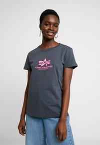 Alpha Industries - NEW BASIC - Print T-shirt - grey black/neon pink - 0