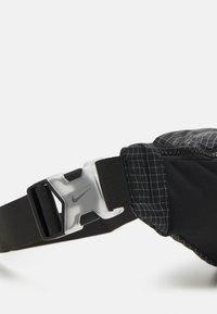 Nike Sportswear - HERITAGE UNISEX - Ledvinka - black/white - 3