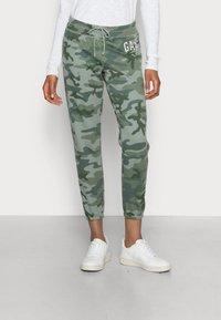 GAP - FASH  - Spodnie treningowe - green camo - 0