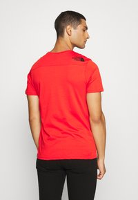 The North Face - LIGHT TEE - T-shirt med print - fiery red - 2