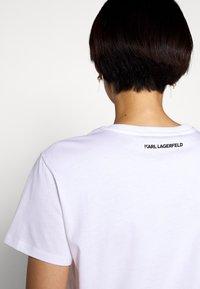 KARL LAGERFELD - IKONIK CHOUPETTE - T-shirt z nadrukiem - white - 5