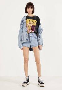 Bershka - UND UMGESCHLAGENEM SAUM  - Jeans Shorts - blue denim - 1