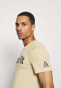 Reebok - READ TEE - Camiseta estampada - beige - 3