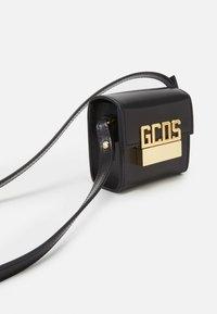 GCDS - CUBE BAG UNISEX - Borsa a tracolla - black - 4