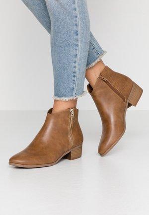 CALLIIE - Boots à talons - cognac