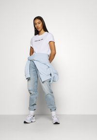 Tommy Jeans - MOM - Relaxed fit jeans - cony light blue comfort destructed - 1