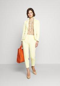 Rich & Royal - PANTS WITH TURNUP - Broek - light lemon - 2