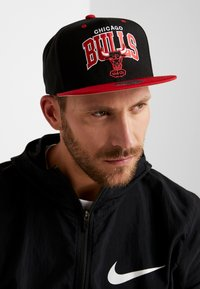 Mitchell & Ness - NBA CHICAGO BULLSTEAM ARCH TONE SNAPBACK - Keps - black/red - 1