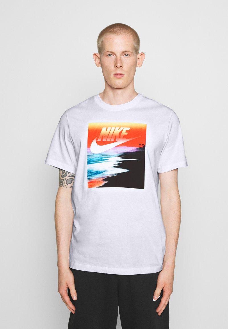 Nike Sportswear - TEE SUMMER PHOTO - Print T-shirt - white