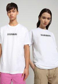 Napapijri - S-BOX   - T-shirt med print - bright white - 2