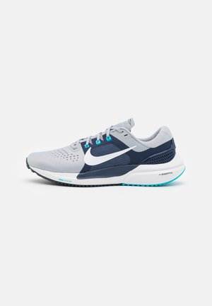 AIR ZOOM VOMERO 15 - Neutrala löparskor - wolf grey/white/midnight navy/chlorine blue