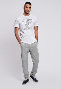 Hummel - HMLPETER  - T-shirt med print - white - 1