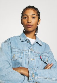 Levi's® - NEW HERITAGE TRUCKER - Denim jacket - light blue denim - 3