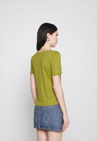 Vila - VIATHALINA V NECK  - Camiseta estampada - green olive - 2