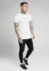 SIKSILK - SIKSILK STRAIGHT HEM CHAIN PRINT BOX TEE - T-shirt basic - white