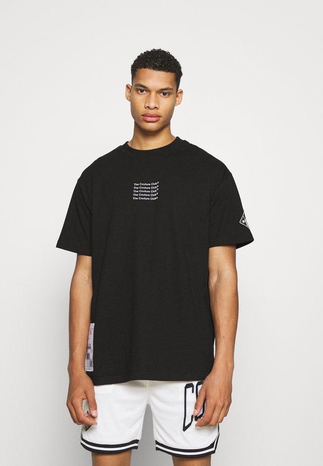 SLOGAN LABEL RUBBER BADGE - T-shirt con stampa - black