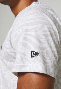 New Era - ALL OVER PRINT TEE NEW YORK YANKEES - Print T-shirt - white - 5