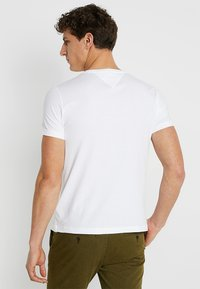 Tommy Hilfiger - LOGO BAND TEE - Camiseta estampada - white - 2
