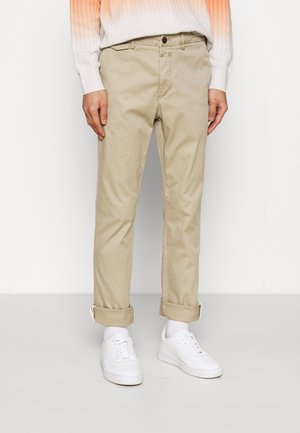 ATELIER TAPERED - Chinos - reed