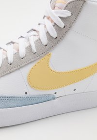Nike Sportswear - BLAZER MID '77 UNISEX - Höga sneakers - white/lemon wash - 2