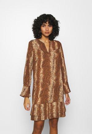 SHORTER LENGTH DRESS WITH PLEATED HEM - Denní šaty - brown