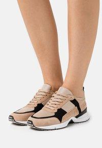 Billi Bi - Sneakersy niskie - beige/black/gold - 0