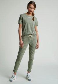 Hummel - Basic T-shirt - vetiver melange - 1