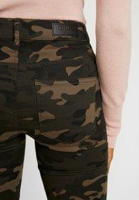 ONLY - ONLNINE ESTER LIFE - Trousers - peat/crocoblack - 4
