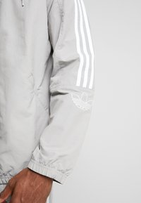 adidas Originals - OUTLINE WINDBREAKER JACKET - Kevyt takki - solid grey - 4