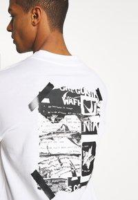 Nike Sportswear - MOCK TEE PUNK PACK - Top sdlouhým rukávem - white - 5