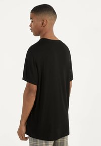 Bershka - STRICKSHIRT 02350326 - Basic T-shirt - black - 2