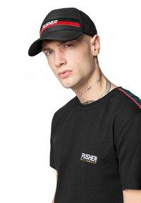 Mister Tee - MISTER TEE HERREN PUSHER HUSTLE DAD CAP - Cap - black/green/red - 0