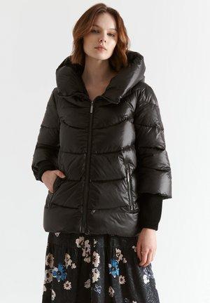 EMIKIA - Gewatteerde jas - black