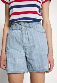 Noisy May - NMLYRA ELASTIC - Denim shorts - light blue denim - 5