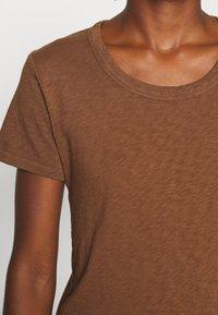 Marc O'Polo DENIM - SHORT SLEEVE CREWNECK SLIM FIT - Basic T-shirt - coconut shell - 5
