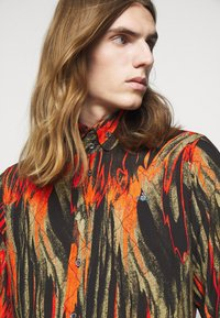 Vivienne Westwood - BUTTON KRALL - Shirt - black/orange/olive - 4