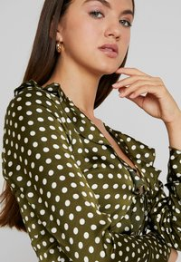 Missguided - POLKA DOT RUFFLE TIE FRONT CROP - Blus - olive - 3