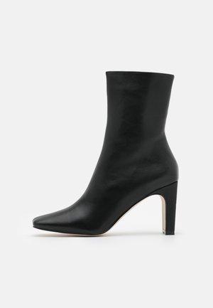 ELLERIE - Classic ankle boots - black/white