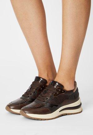 Sneaker low - mahogany