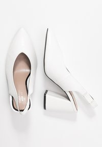 Miss Selfridge Wide Fit - WIDE FIT CARRIE SLING BACK COURT - High heels - white - 3